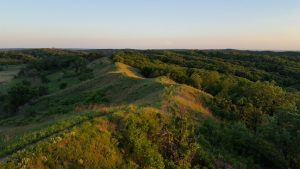 """The """"Loess Hills"""" in the U.S. state of Iowa (Source: By BillyBlueJay - Own work, CC BY-SA 4.0, https://commons.wikimedia.org/w/index.php?curid=69537356)."""