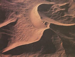 a dune iwth a central peak and many ridges formed by shifting winds